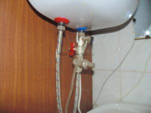 Обвязка накопительного водонагревателя с использованием редуктора и гибких подводок