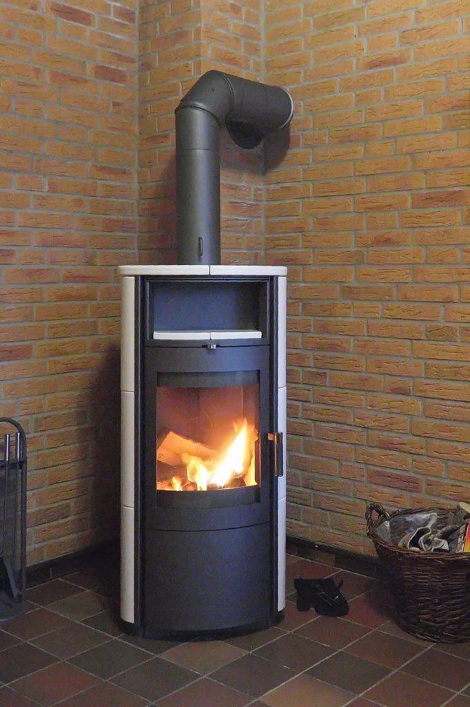 Стальная отопительная печь в стиле камина