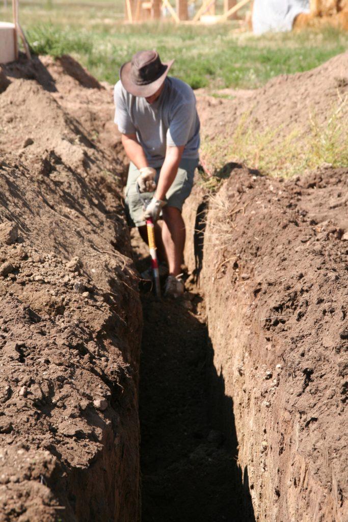 Укладка труб наружной канализации в траншею