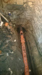 Выпуск канализации с обратным клапаном и ревизией