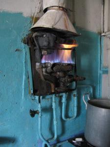 Проточный нагреватель старого образца (со снятым кожухом)