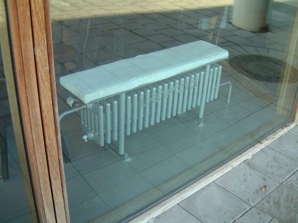 Дизайн-радиатор в виде скамьи