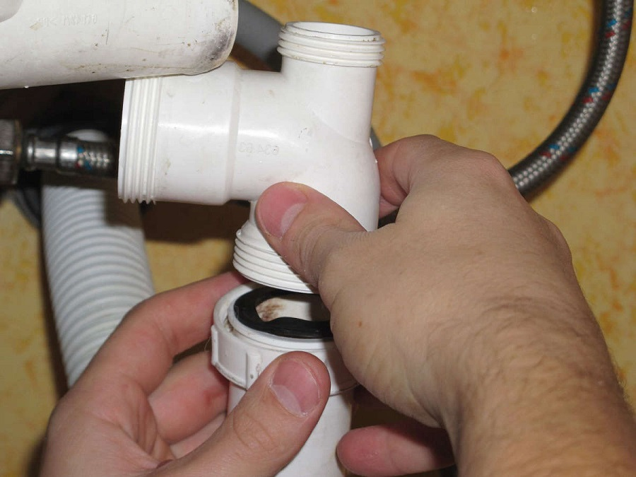 Чистка сифона под раковиной